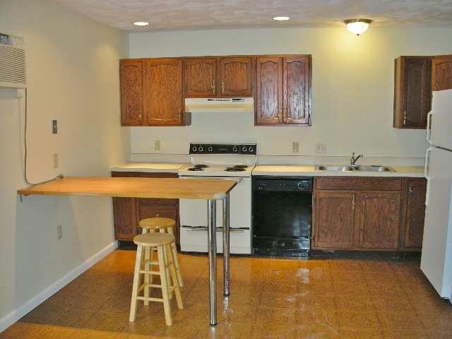 Kitchen photo at 916-5 Southgate Drive.